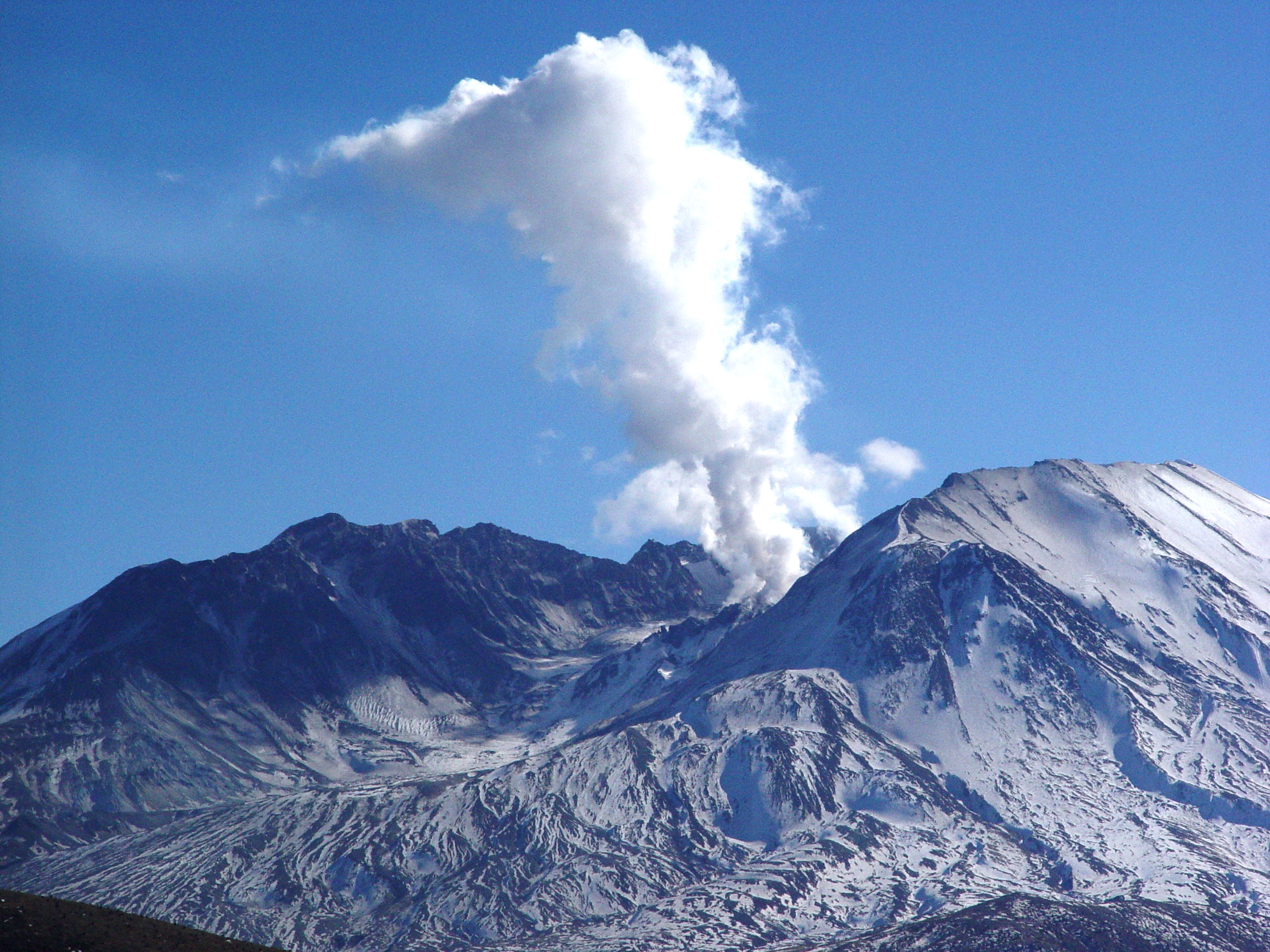 Mt St Helens puffing a large cloud of smoke